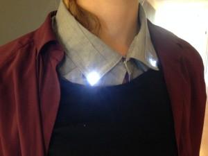 Studentarbeid. Lysdiodene lyser når skjortekragen kneppes