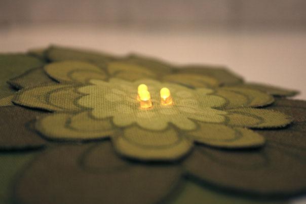 Grønn brosje, 3 lysdioder, 1 sensor, 70-talls blomstermotiv